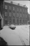 22502-6-21 Gebouw van de Admiraal de Ruyterschool in de Koepelstraat, in de sneeuw. Bewoners bestempelen het gebouw als ...