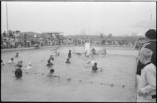 22639-1-30 Opening van het zwembad Pernis, waarbij zwemmers feestelijk gekleed te water gaan. Op 17-05-1971 ging het ...