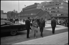 22675-4-44 Koningin Juliana opent de mammoetschool Technikon aan de Benthemstraat / Heer Bokelweg. Rechts: burgemeester ...