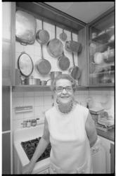 22692-4-27 Culinair redacteur Henriëtte Holthausen in haar keuken.