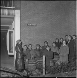 227 Wachtende mensen voor inschrijving voor een woning in de nieuwe Rotterdamse wijk Zuidwijk.