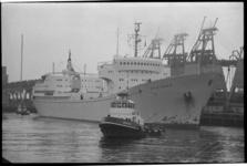 22724-2-4 Het atoom-koopvaardijschip Otto Hahn bij de Graan Elevator Maatschappij in de Botlek.