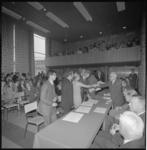 22866-1-8 In het auditorium van het Academisch Ziekenhuis Dijkzigt krijgen 101 medische studenten hun doctoraal-bul.