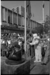 22890-4-M Heronthulling van het bronzen beeldje Spelende beertjes op de Lijnbaan. De beertjes waren eerder van hun ...