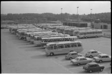 22891-4 Bussen voor bezoekers van de 24ste Internationale Consumentenbeurs Femina in het Ahoy'-complex.