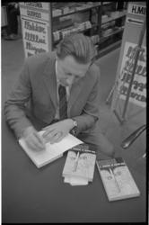 22963-3-9 Cornelis Docter signeert zijn boek in de Boekencentrale.