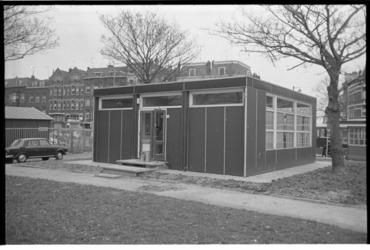 23007-6-41 Aan de Linker Veerdam is een nieuw wijkgebouw geplaatst, het omgebouwde voormalige kantoorgebouwtje van de ...