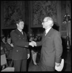 23033-1-17 B. Vossenaar die is benoemd tot nieuwe commandant van de Brandweer. Rechts wethouder J. Worst.