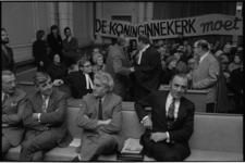 23076-6-24 Protest in rechtbank tegen sloop van de Koninginnekerk tijdens kort geding. Links voorin Joh. de Jong; ...