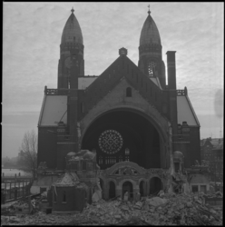 23140-4-2 De vergevorderde sloop van de Koninginnekerk aan de Boezemweg. Links op de achtergrond de Boezembrug.