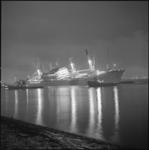 23149-2-6 Op de Nieuwe Waterweg, voor de monding van de Botlek, komen de Liberiaanse bulkcarrier Helena Oldendorff en ...