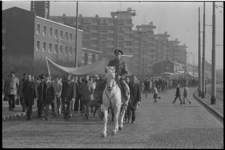 23171-6-24 Vele honderden stakende metaalarbeiders maken een protestmars via de Schiedamseweg naar het Marconiplein, ...
