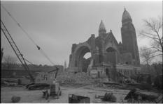 23174-2-41 Dat niet iederen zich bij de sloop van de Koninginnekerk heeft neegelegd, bewijst het op de dragline ...