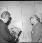 23226-3-3 Bernard Drukker hammondorganist, rechts, heeft aan burgemeester W. Thomassen de grammofoonplaat Ahoy! 100 ...