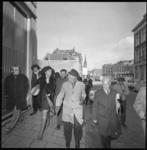 23261-3-8 Kantonrechter mr. J. Thors (midden met hoed) en Nel Soetens van actiegroep Pro Gastarbeiders op weg naar het ...