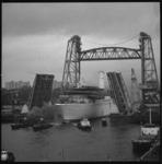 23325-4-7 Het cruiseschip Cunard Ambassador passeert de Hefbrug (Spoorbrug over de Koningshaven) en de Koninginnebrug.