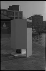 23348-2-66 Urinoir bij de Meent. Op de achtergrond het gebouw van De Nederlanden 1845 en op de voorgrond het gebouw van ...