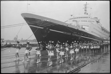 23378-3-15 Het Russisch passagiersschip 'Mikail Lermontov' aan de Wilhelminakade.