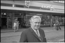23405-2 J.B. Elshout voor zijn elektronicawinkel aan het Jacob van Campenplein 192.