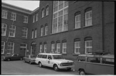 23473-7-M Huis van Bewaring aan de zijde van de Bergstraat, waar vier gevaarlijke gedetineerden zijn ontvlucht. Op de ...