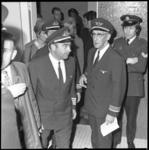 23484-2 Op de Luchthaven Rotterdam landt een DC-9 van de KLM met aan boord een vliegtuigkaper; een met een alarmpistool ...