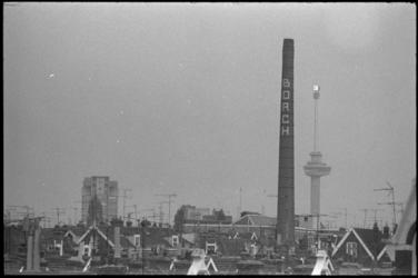 23519-6-37 Overzicht van Rotterdam-West met de schoorsteen van Wasserij Borgh in de Bellevoysstraat 75, het ...