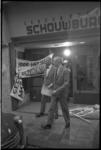 23526-3-1 Minister B.J. Udink van Volkshuisvesting ontmoet bij zaal Odeon in de Gouvernestraat demonstrerende bewoners.