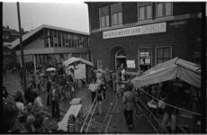 235967-40 Braderie-achtige drukte rond de ingang van Wijkcentrum Spangen aan de Mathenesserdijk 113, vermoedelijk in ...