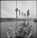 23639-3-10 Met hun riemen in de verticale stand drijven Zwitserse roeiers in een sloep door de Parkhaven.