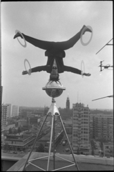 23654-2-44 Tito Reyes, de Spaanse 'kopwerker' van circus Willy Hagenbeck, geeft een demonstratie van zijn act op het ...
