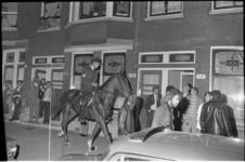 23654-6-16 Politieman te paard treedt op richting wijkbewoners die protesteren tegen de in hun ogen toenemende ...
