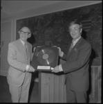 23665-2-9 Producer Lou Thiel overhandigt organist Bernard Drukker een Gouden Plaat na 7500 verkochte langspeelplaten ...