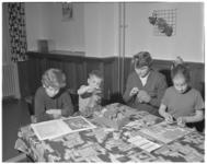 237-1 Kinderen aan tafel in het Jeugdhuis St. Theresia aan de 's-Gravendijkwal.