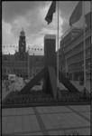 23701-1-28A Een enorme dukdalf is gebouwd in de Lijnbaan bij het Stadhuisplein.
