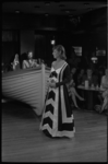 23705-5-33 In discotheek Le Bateau showt men de nieuwe kledingontwerpen van Karel Gellings.