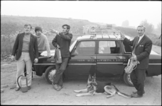 23764-6-35 Vier mannen van de Vrijwillige Hulp & Bewakings Dienst in Overschie staan met blus- en reddingsmateriaal bij ...