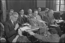 23766-7-29 Minister van Volkshuisvesting drs. B.J. Udink (links) beantwoordt vragen tijdens persconferentie; in het ...