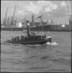 23773-3-8 De stoomsslboot Maarten vaart met een gezelschap aan boord door de haven.