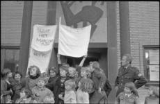 23776-2-35 Jongeren met spandoeken protesteren bij het politiebureau Marconiplein tegen verkeersonveiligheid op het ...