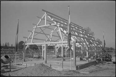 23781-7-32 De vloer en houten spanten van de nieuwe kinderboerderij De Bokkesprong zijn al zichtbaar.