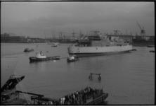 23782-6-42 Hoog overzicht van rivier en de zojuist te water gelaten veerboot 'Free Enterprise VII'.
