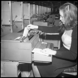 23845-1-1 Computergebruik op afdelingsniveau in het hoofdkantoor van de Spaarbank aan de Botersloot.