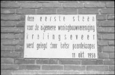 23846-3-1 Close-up-foto van eerste steen in Kralingseveer voor Algemene Woningbouwvereniging Kralingseveer.