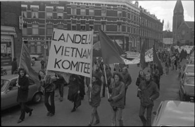 23852-4-2 Betogers met spandoeken tegen de Vietnamoorlog lopen in de Bloemfonteinstraat ter hoogte van de Cronjéstraat.