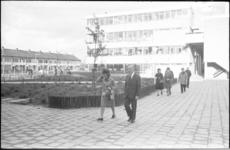 23868-7-39 Prinses Margriet wandelt op het plein tussen de gebouwen van het nieuwe August H. Franckehuis en de Max J. ...