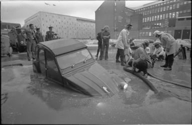 23870-3-38 Een Citroën Deux Chevaux hangt op de Van Oldenbarneveltplaats half in het water door een verzakt ...