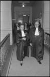 23882-4-20A Mej. prof. mr. dr. J.C. Hudig (links) loopt naast rechtbank-president mr. J.G.L. Reuder.