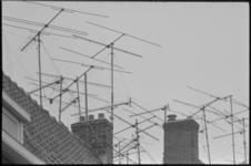 23889-4-8 Antennes, voor ontvangst van televisiesignalen, op de daken naast schoorstenen.