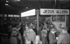 23891-4-1 Mensen rond de bijbelkiosk in winkelcentrum Zuidplein.