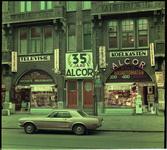23901-1-3 Exterieur van Alcor's Koopjespaleis aan de Nieuwe Binnenweg 322, ter gelegenheid van 35-jarig bestaan.